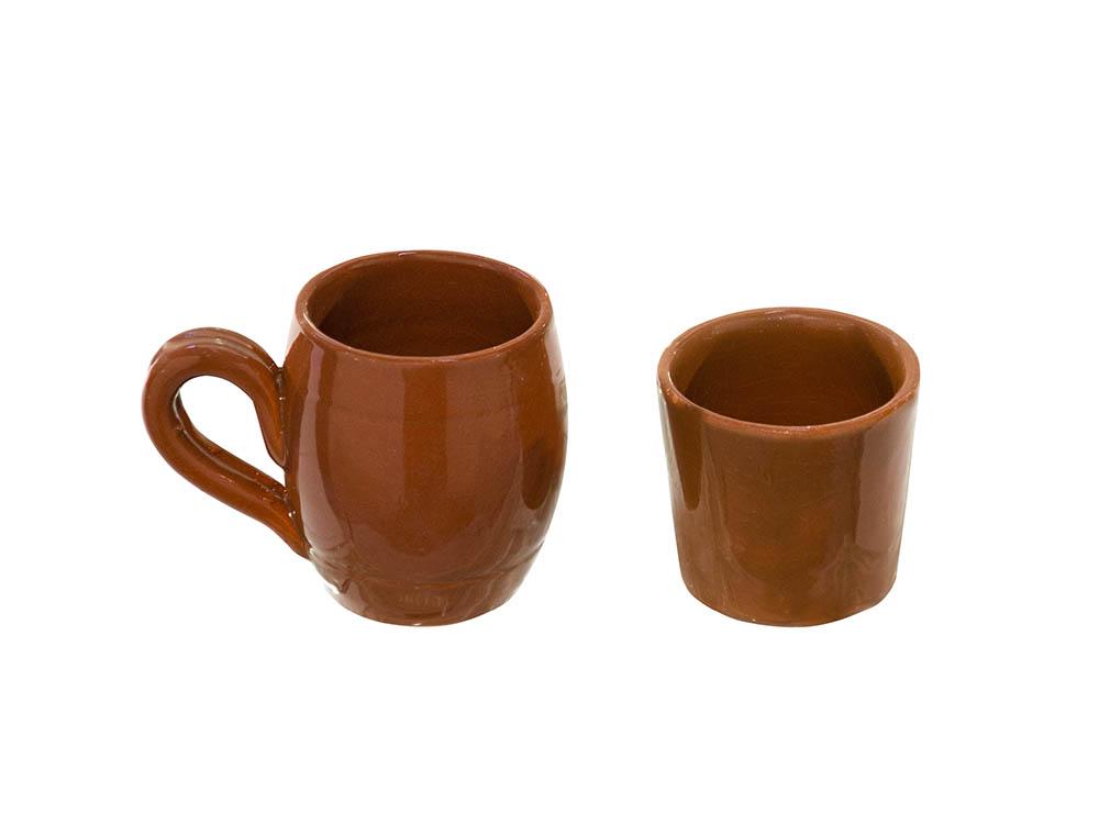 caneca e copo escuro barro marrom