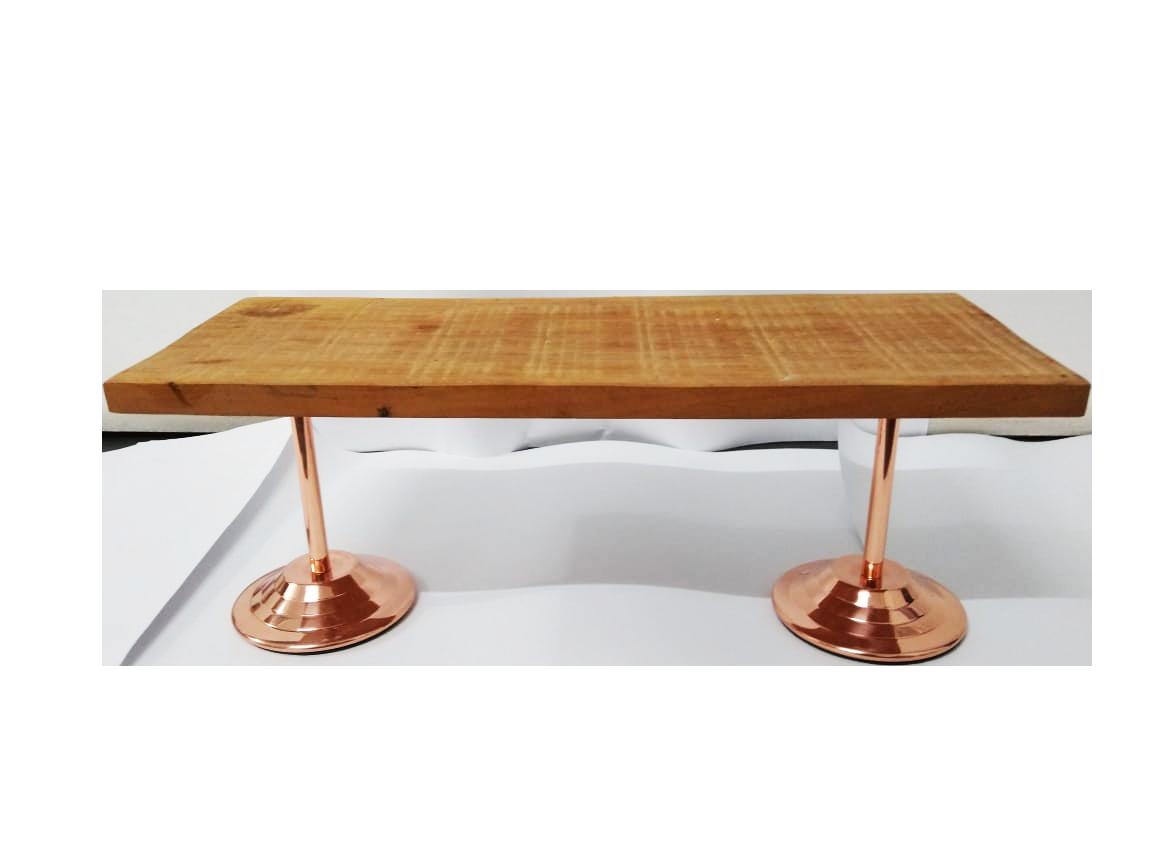 tábua de madeira com pé de cobre